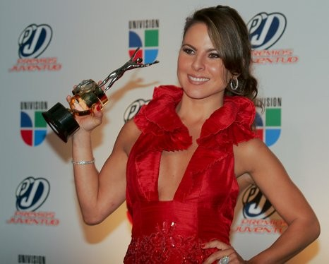 Kate del Castillo holding award